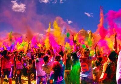 色の祭典!世界一カラフルで過激なインドの「ホーリー祭」