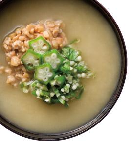 ひきわり納豆とオクラのみそ汁と梅・しそ・じゃこにぎりで朝ごはん