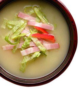 めかぶと豆腐のみそ汁となんちゃってエビ天胡麻オイルおにぎりで朝ごはん