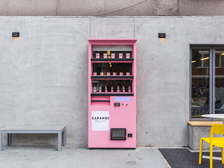 入口はキュートな自動販売機の扉!?韓国インスタ映えカフェ『ZAPANGI』
